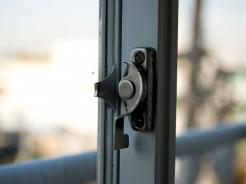 鍵のかかっていない窓